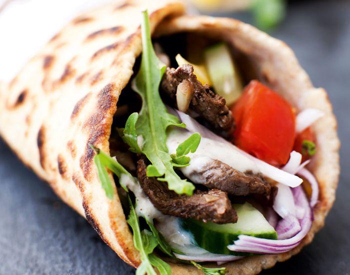 De fleste elsker en saftig durumrulle med shawarma. Prøv denne sunde variant med magert marineret oksekød, grøntsager og yoghurtdressing.