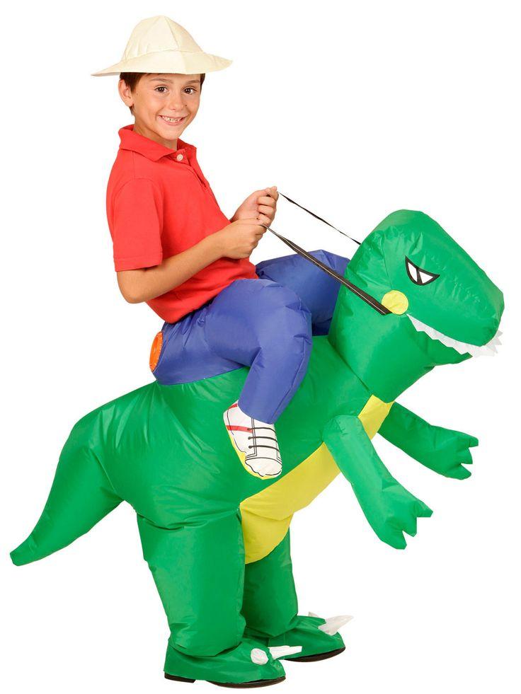 Costume da esploratore sul dorso di un dinosauro per bimbo: Questo travestimento divertente per bambino rappresenta un esploratore a cavallo di un dinosauro e comprende un dinosauro gonfiabile con l'apposito ventilatore e un cappello (camicia non...