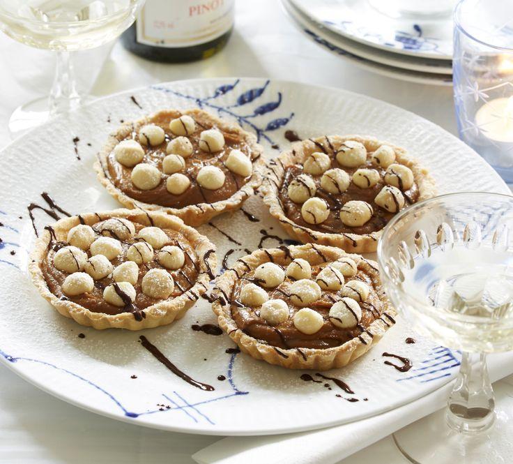 Nødder smager skønt i kager og bagværk - her får du opskriften på små nøddetærter med karamel.