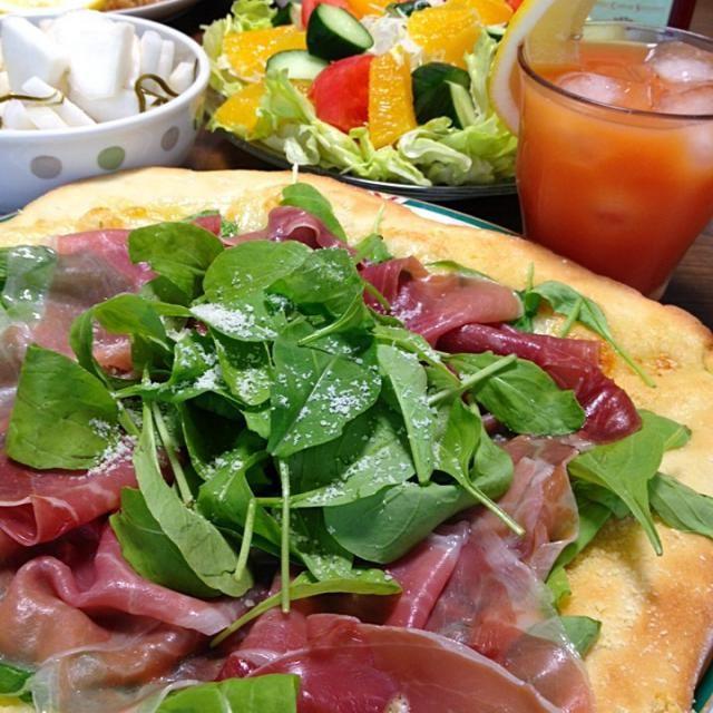 生ハム&パルメザンの塩気とオリーブ油で頂く、絶妙な美味しさのピザです。私は一番好き♪♪かもw。 カンパリオレンジとご一緒に☆ - 253件のもぐもぐ - 生ハムとルッコラのピザです。オリーブ油&チーズの薫りや旨みを存分に堪能!うまうま♪な1品☆ by yumyumy1