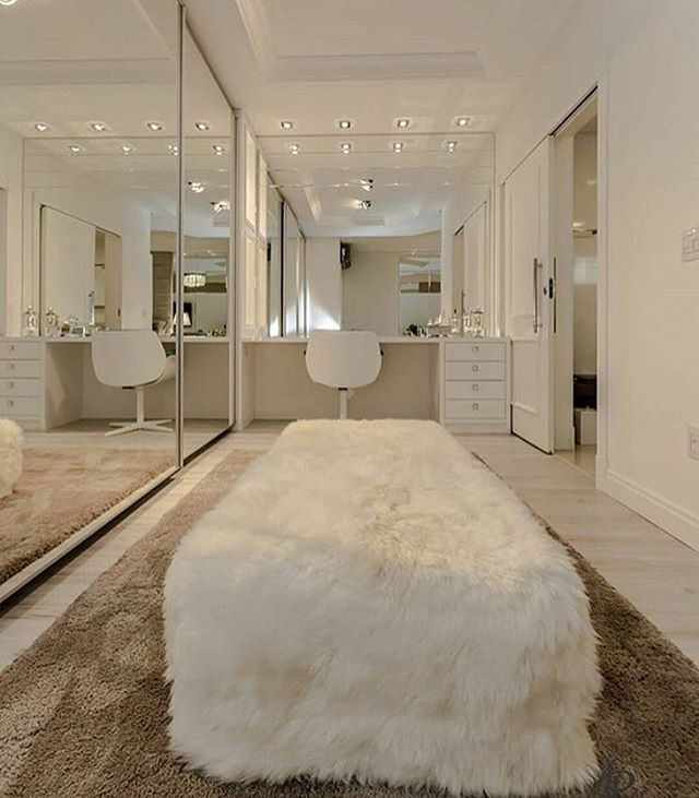 Alerta de Closet desejo!! Levanta a mão quem sonha com um desse... As portas de correr do armário são bem largas e todas em espelho...…