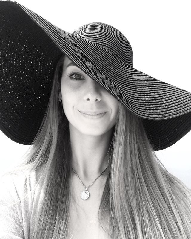 Capri ⛰ лимоновый остров с тёплым морем. 1 час на катере из Неаполя и  и вы в маленьком раю, откуда видно Сорренто, амальфитанское побережье и Везувий.  Via https://www.instagram.com/p/BY70HkwHzX8/ Credit - Valeria Ovchinnikova [̲̅p̲̅][̲̅u̲̅][̲̅r̲̅][̲̅c̲̅][̲̅h̲̅][̲̅a̲̅][̲̅s̲̅][̲̅e̲̅] ᴄᴜᴛᴇ ᴅʀᴇssᴇs, ᴛᴏᴘs, sʜᴏᴇs, ᴊᴇᴡᴇʟʀʏ & ᴄʟᴏᴛʜɪɴɢ ғᴏʀ ᴡᴏᴍᴇɴ