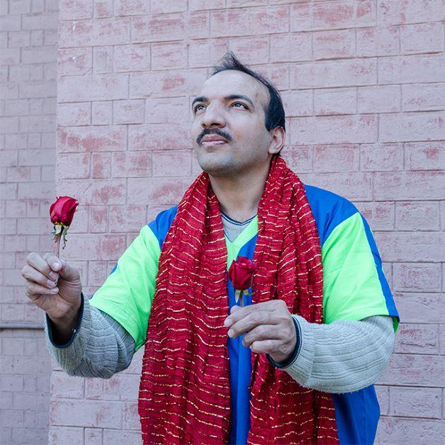 """A fotógrafa francesa Marylise Vigneau resolveu retratar o cotidiano do hospital psiquiátrico 'Instituição Psiquiátrica de Lahore', no Paquistão, explorando o lado sensível dos pacientes que sofrem com distúrbios mentais. O ensaio intitulado """"Hercules told me to stay in America"""", frase que ouviu de uma das pessoas que fotografou no local, é resultado de um trabalho...<br /><a class=""""more-link""""…"""