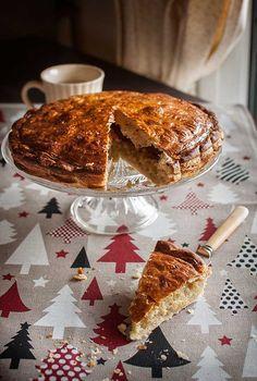 Bien, nosotros tenemos el roscón de Reyes para celebrar la fiesta de la Epifanía y los franceses tienen la galette des Rois o pastel de Reyes. ¿Que no la conocéis? Pues es una especie de empanada bestia de hojaldre, rellena de frangipane. La crema frangipane se prepara con una crema de almendra que se mezcla con crema pastelera. Y queda sabrosísima y deliciosa, ¿os animáis? Que no os quite las ganas de hacer la galette la larga lista de ingredientes; las cremas se preparan en un pis pas y…