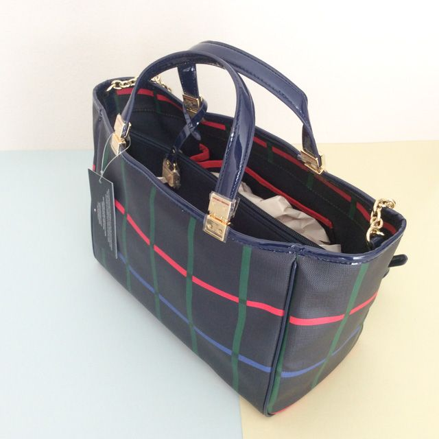 Tommy Hilfiger 6926873467 - 354₺ Navy Mavi üzerine renkli çizgileriyle elde taşınabilen, omuz askılıklı Satchel çanta. Farklı bölmeleri vardır ve Yapay Deridir, Normal boyuttadır. Sipariş için Arayabilir, SMS veya E-Posta yollayabilirsiniz.