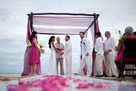 Свадебная церемония в разгаре. Приятно видеть эти счастливые лица! http://rivieramaya.grandvelas.com/russian/