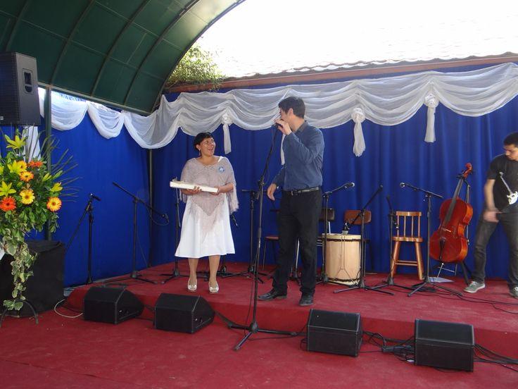 Directora del establecimiento, Cecilia Bilbao, recibe simbólico presente por parte de la Municipalidad de Puente Alto.