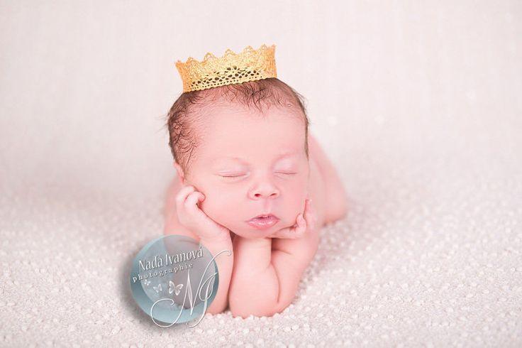 photographie 1216 - photo de bébé qui se tien la tête en dormant - Bébé de 0 à 15 jours - par la photographe Nada Ivanova