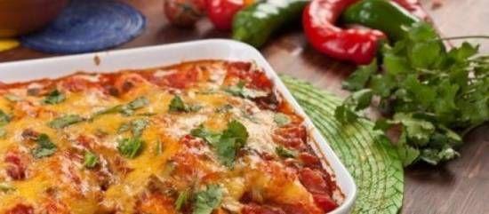 Dit heerlijke kipgerecht at ik bij een vriendin die met een Italiaan is getrouwd. Echt Italiaans dus. De kip wordt in de oven heel zacht en krijgt de verrukkelijke smaak van de pittige tomatensaus.Heel goed voor te bereiden dus super gemakkelijk als je gasten krijgt. Gebruik je liever geen wijn doe dan na het bakken van de peper, ui en knoflook, direct de tomatenblokjes erbij. Is niet echt een groot verschil.