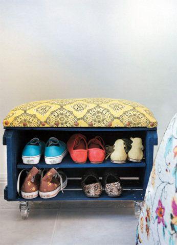 Aprenda a fazer uma sapateira-banco com um caixote de feira. Confira o passo a passo e ponha mãos à obra.