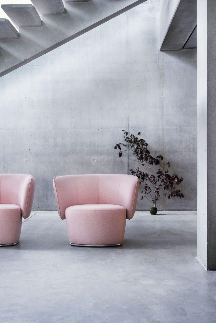 VENICE Vollgepolsterter Komfort Ein  wirklich  nützlicher,  vollgepolsterter  Lounge  Sessel,  dessen  Komfort  und  einladendes  Design  sich  gleichermaßen für private und öffentliche Bereiche eignet.  Arm-  und  Rückenlehne  sind  in  einem  Teil  vereint  und  zusammen  mit  der  Sitzfläche  bilden  sie  ein  einheitliches Design, das sich je nach Stoffwahl sowohl in bestehende Räume integriert als auch mit neuen Möbeln kombinieren  Design: busk+hertzog