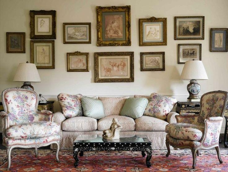style campagne chic, canapé en tissu beige, bergères à motifs floraux assorties