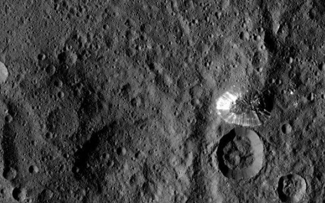 """La sonda spaziale Dawn ha scattato una foto ravvicinata della """"piramide"""" del pianeta nano Cerere Tra gli elementi geologici del pianeta nano Cerere fotografati dalla sonda spaziale Dawn della NASA c'è una montagna alta circa 6 chilometri che aveva già incuriosito scienziati ea pubblico. #missionispaziali #nasa"""