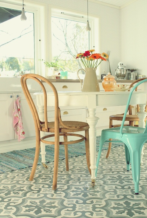 Cuisine rétro - très joli carrelage au sol, et la chaise Tolix turquoise se marie parfaitement.