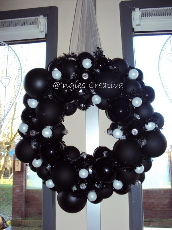 Kerstballen krans zwart wit