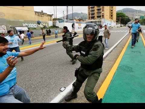 ADVERTENCIA ¡ULTIMA HORA! ¡AGREDEN A GUARDIAS NACIONAL! - VER VÍDEO -> http://quehubocolombia.com/advertencia-ultima-hora-agreden-a-guardias-nacional    Hecho Por: Enyelber Barreto, Kelly Pabon Y Yamilet Quevedo. EMPRESA: MISTERIO MT DIGITAL FILMS ENTRETENIMIENTO y CINE Contenido: protestas en venezuela actual, protestas en venezuela altamira, protestas en venezuela apure, protestas en venezuela armas, protestas en venezuela...