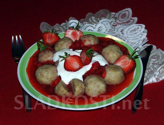 Toustové knedlíčky s jahodovou omáčkou