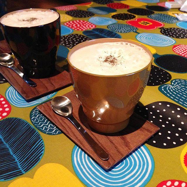 漆のカップでほうじ茶ラテ。Houjicha caffè e llatte. Fudanシリーズ_いつもかっぷ黄色   http://j-cocomo.jp