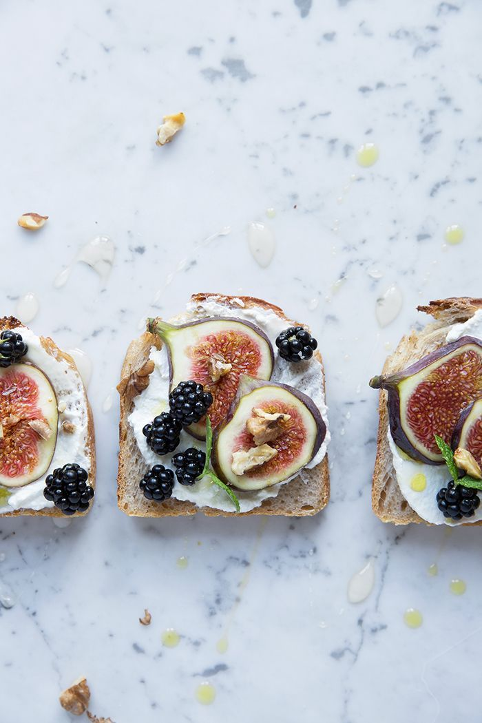 Toast with figs and blackberries, healthy breakfast ideas!