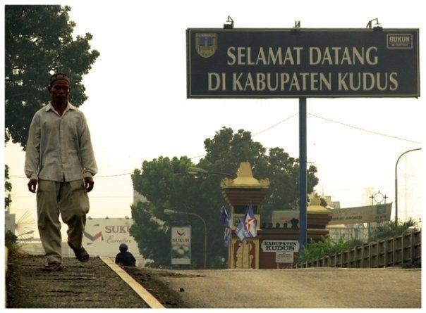 Jembatan Tanggul Angin, Kudus. Dahulu tanda kita sudah memasuki Kota Kudus adalah jembatan ini, dan Sign board.