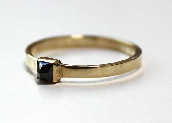 Eine atemberaubende 20 PT Black Diamond ist umgekehrte Satz mit der Spitze nach außen. Die Diamant nimmt die Form einer Pyramide, die dadurch einen einzigartige Klassiker Klingeln! Die quadratischen Rand gold Band macht es einen perfekten Ring, mit anderen zu stapeln, aber ist durchaus eine Aussage auf seine eigene.  20 pt. hohe Qualität Black diamond Goldring 14K Gelbgold misst 2mm breit  * Erhältlich in den Größen 4 bis 9, auch halbe Nummern. Auch erhältlich in Weißgold, bitte geben Sie…
