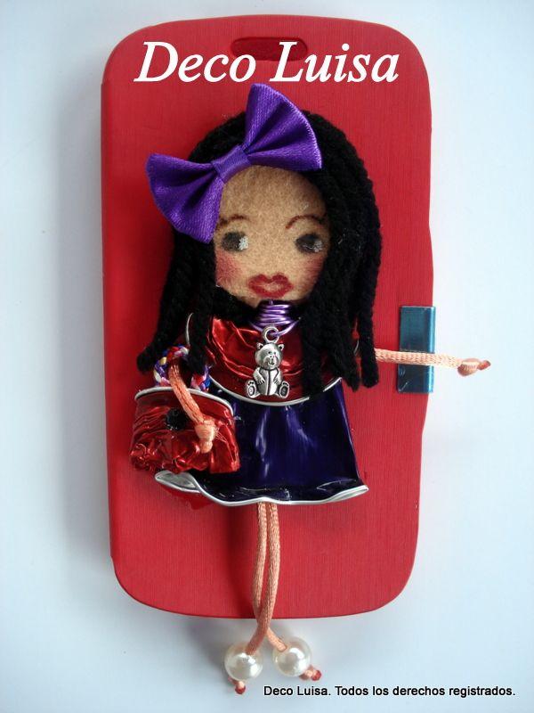 Fundas de móviles decoradas con mis muñecas Georginas. Las muñecas están hechas de cápsulas de nespresso y fieltro. Se hacen por encargo. Sólo hay que indicar: modelo de móvil y colores favoritos para diseñar la muñeca. Aviso: Estas muñecas están registradas y no se pueden copiar.