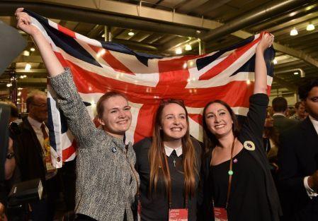 Les indépendantistes écossais ont manqué leur rendez-vous avec l'histoire. Le Non a remporté une victoire sans équivoque avec 55% des voix au référendum de jeudi, sauvegardant une union politique vieille de 307 ans avec le Royaume-Uni.Malgré une remontée spectaculaire dans les sondages, la campagne du chef indépendantiste Alex Salmond s'est heurtée à l'incertitude des électeurs écossais.