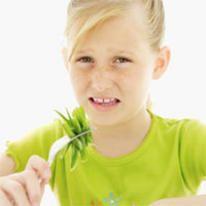 niña no quiere comer su ensalada