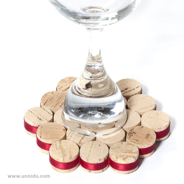 #Posacopas hechos con #corchos. Pieza elaborada de forma artesanal por personas con #discapacidad intelectual, utilizando tapones de corcho #reciclado, ya que por razones técnicas han sido descartados para su uso en #vino. #posavasos #wine #cork Disponible en www.unnido.com