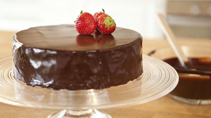 En fantastisk enkel oppskrift som gir glatt og lekker sjokoladeglasur på null komma niks. Dekk din favoritt-sjokoladekake med denne glasuren eller klikk her for oppskrift på enkel sjokoladekake. I videoen under er det skåret ut to runde bunner på ca. 18 cm av nevnte oppskrift. Foto: Rut Helen Gjævert