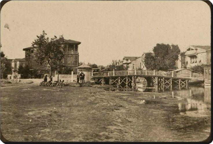 Kadıköy - 1920'ler.Kurbağalı dereyi tahta köprüyle geçmişler..