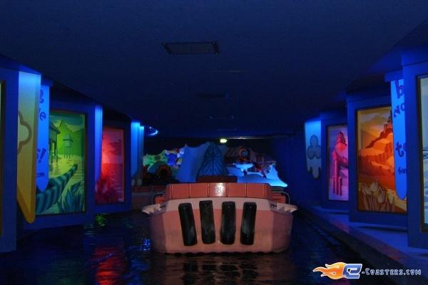 13/13 | Photo de l'attraction It's a Small World située à @Disneyland Paris (France). Plus d'information sur notre site www.e-coasters.com !! Tous les meilleurs Parcs d'Attractions sur un seul site web !!