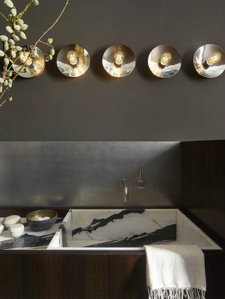 crédence cuisine design en acier inox, peinture marron foncé et évier design en marbre