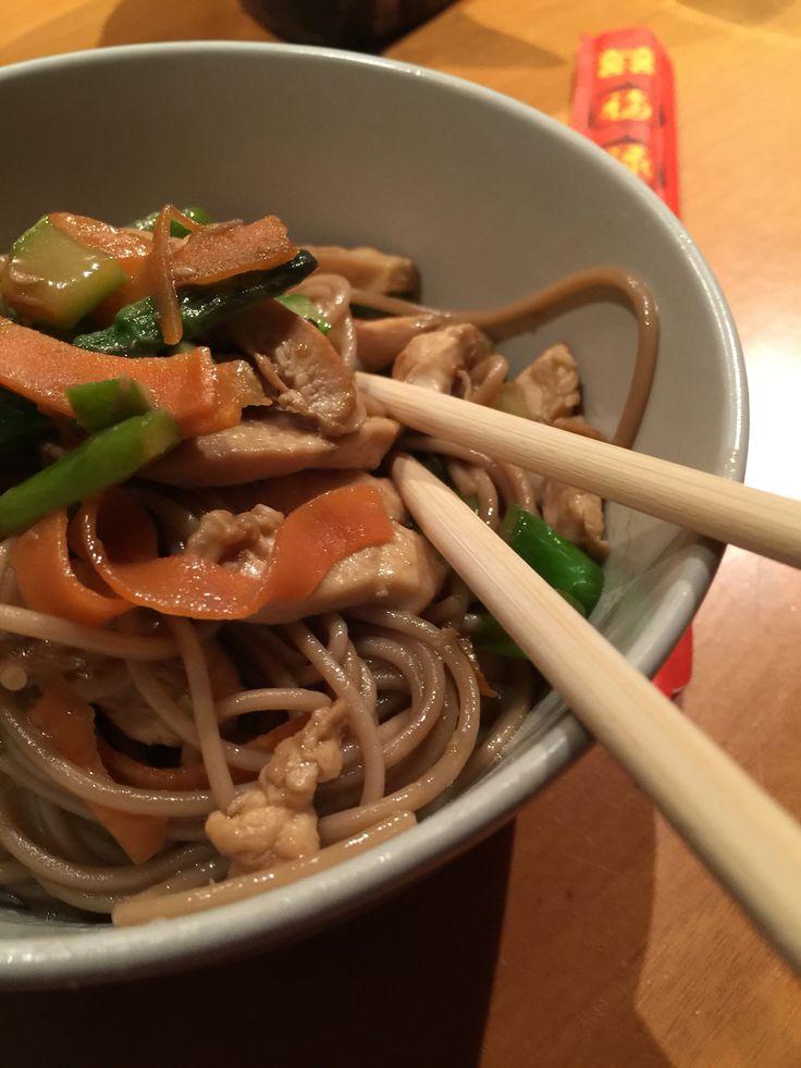 Soba Noodles piccanti con pollo, asparagi e carote