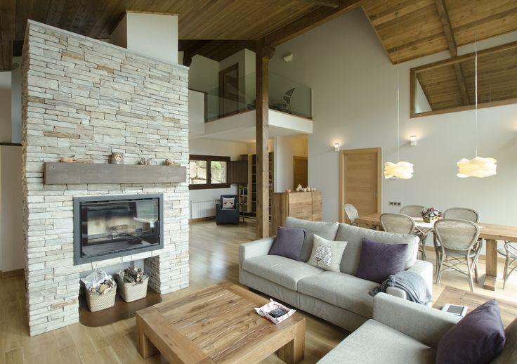 una casa ecolgica de madera y piedra en los pirineos salones rsticos estilo rstico y salon comedor