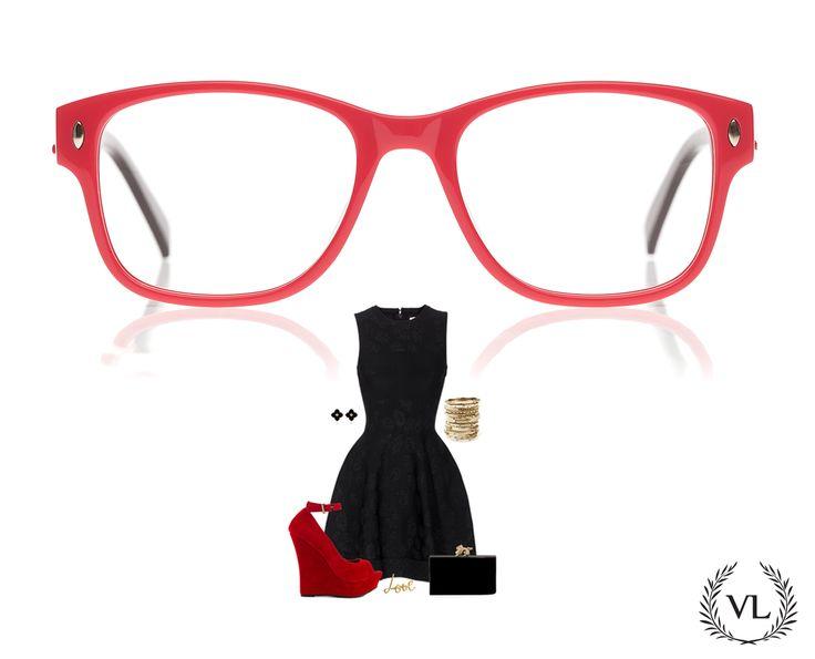 Óculos Via Lorran, sandália de plataforma vermelha, vestido preto e acessórios em dourado.