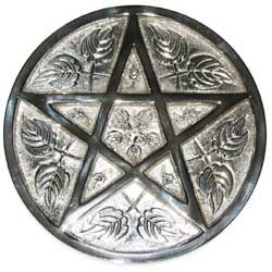 Creemos que lo malo como lo bueno son energias.  El pentagrama o estrella de cinco puntas es un símbolo muy utilizado dentro de la Wicca o en el ocultismo (al igual que el pentáculo, que es una estrella de cinco puntas dentro de un círculo).