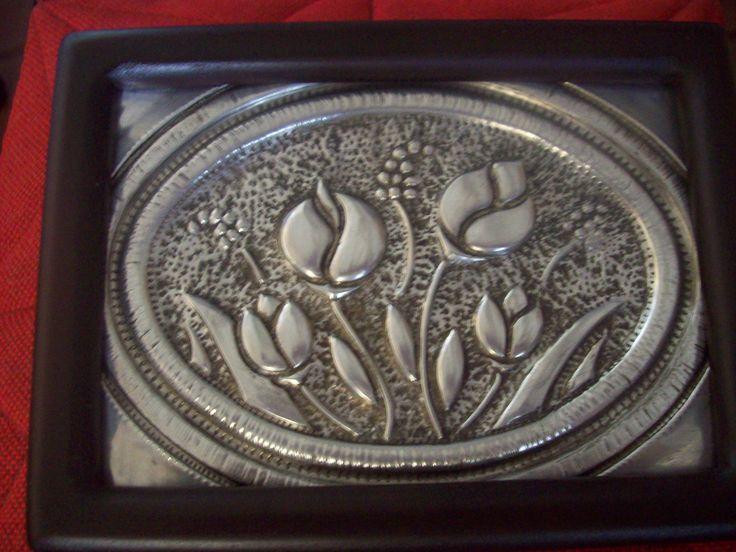 Caja elaborada en madera pintada, con la tapa forrada en aluminio repujado...Medidas: 20 x 14 x 5 cms...