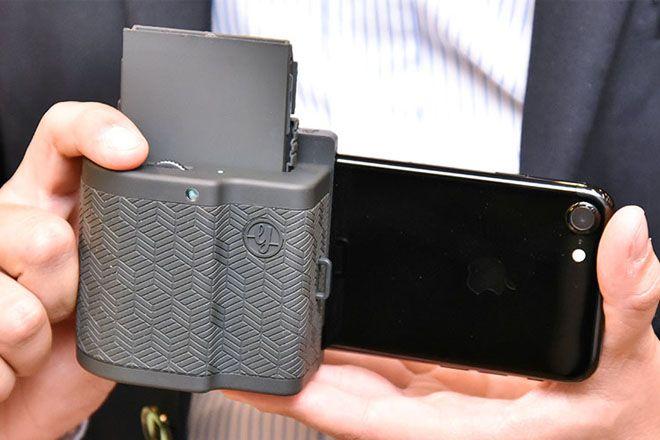 フランスのベンチャー企業が、iPhoneをインスタントカメラにするユニークな小型プリンター「PRYNT POCKET」を発表しました。写真の上で動画を再生するユニークな機能も備えています。
