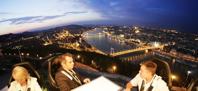 Attractions 36 cities in the world opened in front of you, in your hand during a meal.