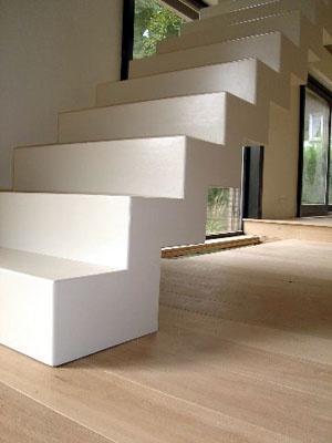 betonnen trap op houten vloer