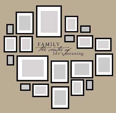 семейные фотографии на стене