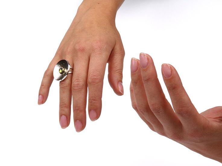 Prachtige grote ronde ring van zilver met een groene toermalijn. Uniek handgemaakt exemplaar, vervaardigd in ons atelier in Wijnjewoude. Atelier Jan Kerkstra | Marion Pannekoek