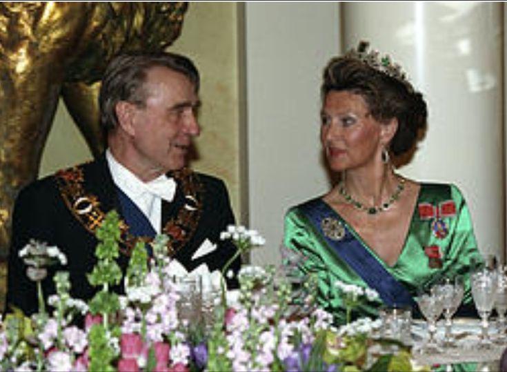 FØRSTE GANG på statsbesøk i Finland: Dronning Sonja i samtale med president Mauno Koivisto ved gallamiddagen i presidentpalasset i Helsingfors i 1993. Sonja er i grønt med smaragder. (ntb/Scanpix)