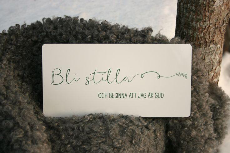 """Psaltaren 46:11 """"Bli stilla och besinna att jag är Gud"""". Tryck på vit, blank plåt. Grön text. Storlek: 20x10 cm.  Detta tryck tål att placeras i utomhusmiljö t ex på balkongen, i trädgården eller som inredningsdetalj på din altan."""