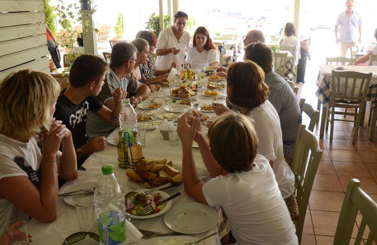 Heerlijk welkomst diner/lunch, alleen bij Prinos Reizen in Rafina alvorens u met de veerboot naar Zuid Evia vertrekt.