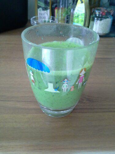 Soja+yoghurt+en+spinazie+smaakt+ook!+Hij+blijft+natuurlijk+groen+door+de+groente,+Ingrediënten:+150+gram+spinazie+1+sinaasappel+1+banaan+50+gram+soja+yoghurt+1+theelepeltje+maca+poeder+1+theelepeltje+camu+camu+poeder+1+theelepeltje+chiazaad+Water+aangevuld+tot+1,+5+liter+Goed+blenden+en+in+glazen+flessen+bewaren+
