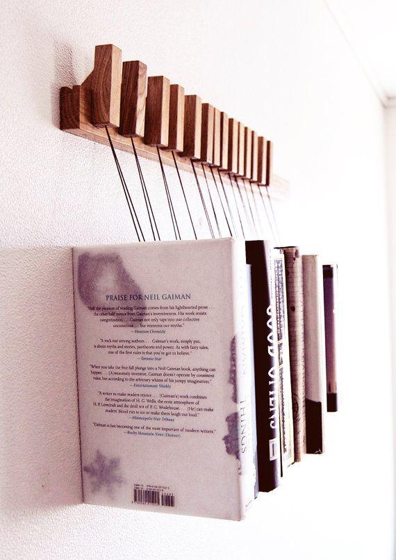 Dies ist eine Auflistung für eine maßgeschneiderte hängende Buch Rack in Eichenholz. Das Rack wird mit einem Satz von 12 Stifte/Lesezeichen. Die Pins sind getrennt und können verschoben werden, um das Rückenteil für Ihre Bedürfnisse zu jeder Zeit.  Die Bücher ruhen auf einer kleinen Holzplatte so die Seiten intakt bleiben. Die Platten können auf der Unterseite des Buches hin und her verschoben werden, um die Höhe festzulegen, von denen das Buch hängt, wodurch die Linie verschiedene Bücher in…