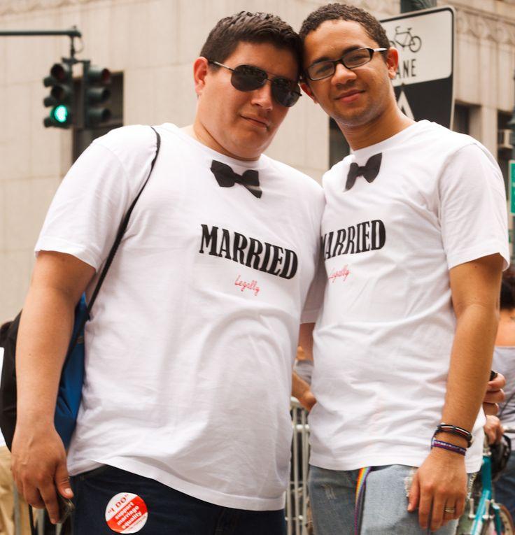 """Após a aprovação da união civil igualitária, que permite o casamento homossexual, um grupo de ativistas anônimos, reunidos no Hack Marriage, resolveu alterar o significado da palavra no Oxford American Dictionary. Eles criaram adesivos com uma nova definição, que não limita o casamento entre homem e mulher : """"casamento é a união formal de duas...<br /><a class=""""more-link""""…"""