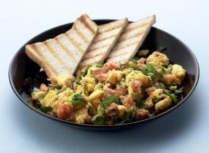 1. Lek de zalm uit en verwijder eventueel vel en graten. Snijd de rucola in grove stukken. 2. Kluts de eieren en ...